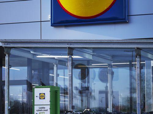 """LIDL in Svezia apre alla sostenibilità con la """"ricarica veloce"""" per auto e bici elettriche"""