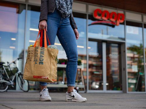 Coop Supermarkten in Olanda introduce Ragbag un nuovo shopper sostenibile: una borsa con una storia